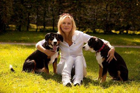 Nina Ruge mit ihren beiden Hunden auf der Wiese