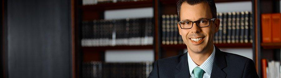 Anwalt vor einem Bücherregal