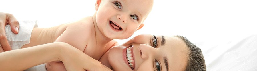 Mutter mit Baby auf dem Arm
