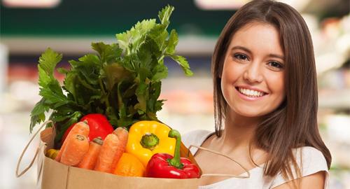 Frau beim Gemüseeinkauf auf dem Markt