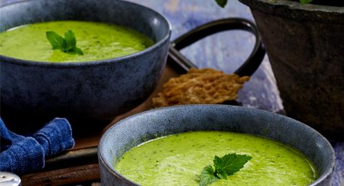 Suppe mit Erbsen und Rucola mit Parmesanchips