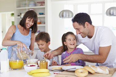 Familie bereitet sich Frühstück zu