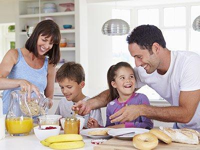 Gesunde Familie beim Frühstück mit Doppelherz