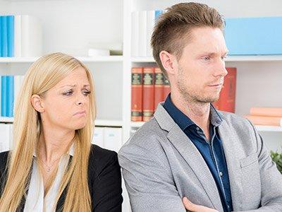 Frau rümpft die Nase, da der Kollege stinkt