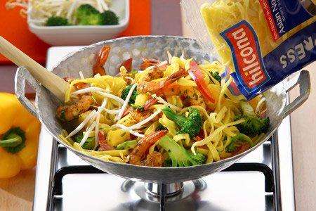 Kochen im Wok mit Brokkoli, Pasta, Schrimps, Sprossen
