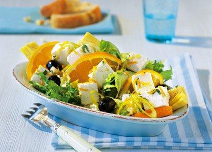 Salat mit Schafskäse, Oliven und Orangen