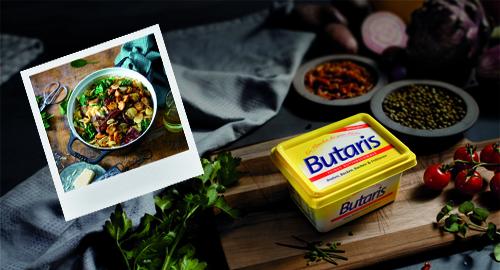 Butaris mit einem Rezeptfoto und schwarzem Sesam, Tomaten etc.
