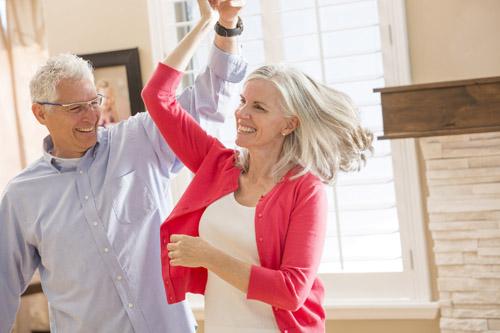 Tanzendes Paar im Wohnzimmer