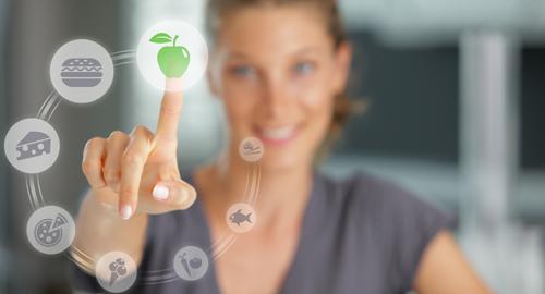 Frau sucht sich digital die richtige Ernährung aus