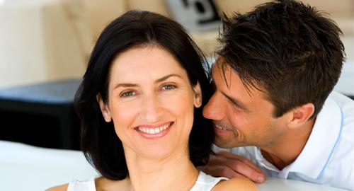 Paar freut sich und lacht zusammen