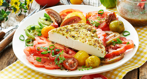 Salat mit Tomaten und Hirtenkäse in der Nusskruste