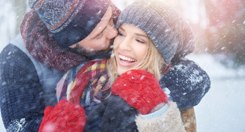 junges Paar ist happy im Schnee